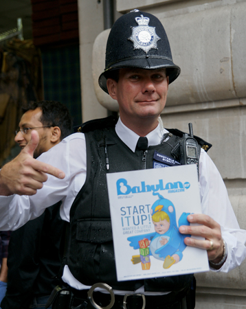 Policía londinense con un ejemplar de Babylon Magazine